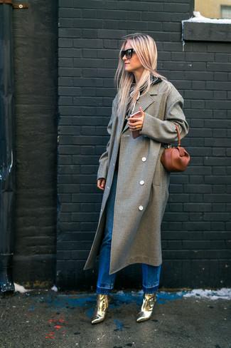 Cómo combinar: abrigo a cuadros gris, sudadera con capucha negra, vaqueros azules, botines de cuero dorados