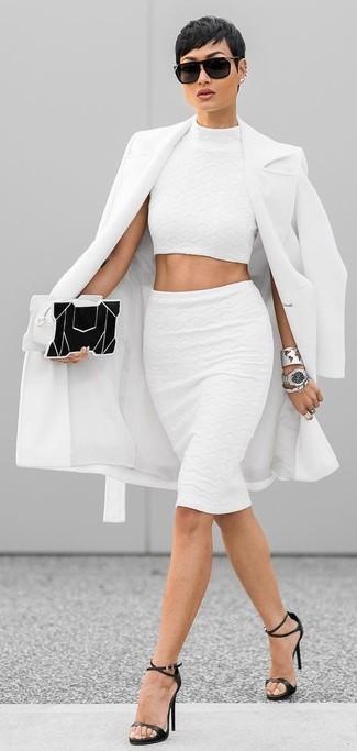 Cómo combinar: abrigo blanco, top corto blanco, falda lápiz blanca, sandalias de tacón de cuero negras