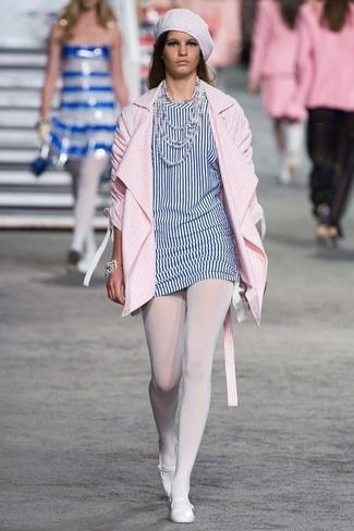 Emparejar un abrigo de rayas verticales rosado y unas medias blancas de Capezio es una opción cómoda para hacer diligencias en la ciudad. Haz este look más informal con bailarinas de cuero blancas.