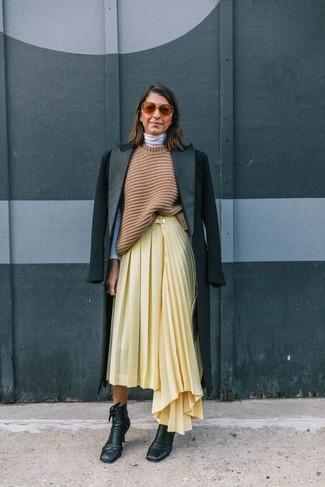 Un abrigo negro y una falda midi plisada amarilla son el combo perfecto para llamar la atención por una buena razón. Completa el look con botines de cuero negros de mujeres de Rag & Bone.