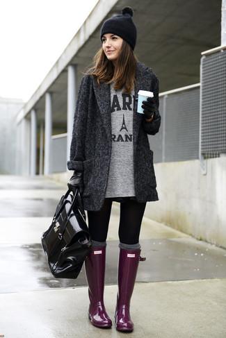 Look de moda: Abrigo de Espiguilla Gris Oscuro, Túnica Estampada Gris, Leggings Negros, Botas de Lluvia Morado