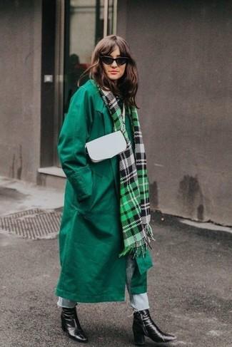 Los días ocupados exigen un atuendo simple aunque elegante, como un abrigo verde y unos vaqueros celestes. Complementa tu atuendo con botines de cuero negros de Rag & Bone.