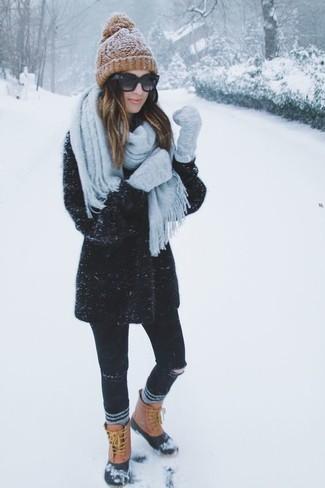 Elige un abrigo negro y unos vaqueros pitillo desgastados negros para lidiar sin esfuerzo con lo que sea que te traiga el día. ¿Quieres elegir un zapato informal? Opta por un par de botas para la nieve para el día.