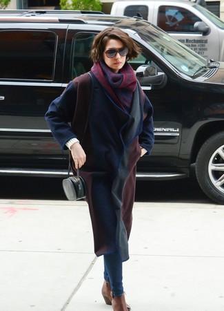 Cómo combinar: abrigo azul marino, vaqueros pitillo azul marino, botines chelsea de cuero marrónes, bolso bandolera de cuero negro