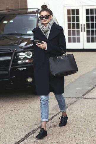 Un abrigo negro y una bufanda de punto gris de mujeres de Fendi son una gran fórmula de vestimenta para tener en tu clóset. Tenis de ante negros añaden un toque de personalidad al look.