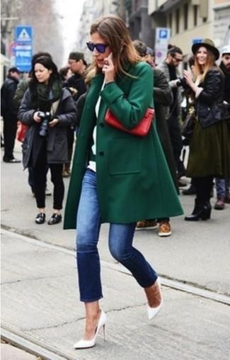 Un abrigo verde oscuro y unos vaqueros azul marino son el combo perfecto para llamar la atención por una buena razón. Complementa tu atuendo con zapatos de tacón de cuero blancos.