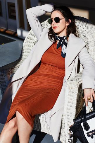 Cómo combinar: abrigo gris, vestido ajustado naranja, bolso de hombre de cuero en negro y blanco, bufanda a lunares en blanco y negro