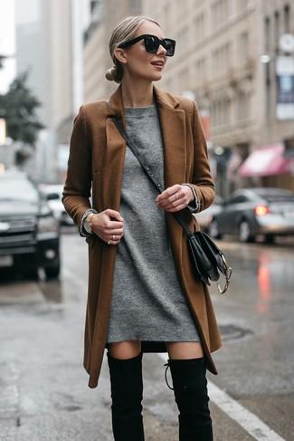 Cómo combinar: abrigo marrón, vestido jersey gris, botas sobre la rodilla de ante negras, bolso bandolera de cuero negro