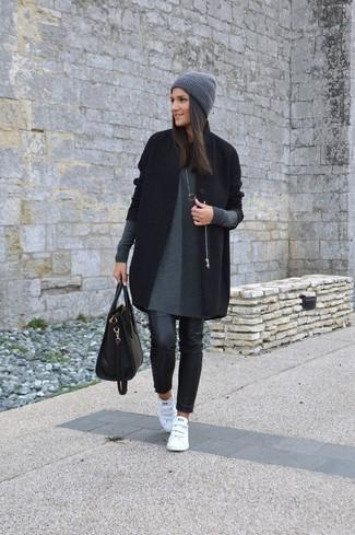 Cómo combinar: abrigo negro, vestido jersey gris, vaqueros pitillo de cuero negros, tenis de cuero blancos