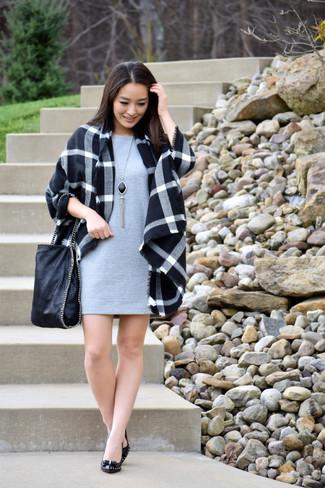 Cómo combinar: abrigo de tartán negro, vestido recto gris, zapatos de tacón de cuero negros, bolsa tote de cuero negra