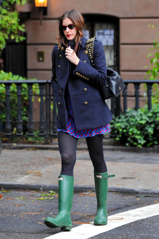 Para un atuendo que esté lleno de caracter y personalidad equípate un abrigo azul marino junto a un vestido skater estampado azul. ¿Te sientes valiente? Completa tu atuendo con botas de lluvia verdes.