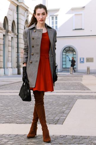 Cómo combinar: abrigo gris, vestido skater rojo, botas sobre la rodilla de ante en tabaco, bolsa tote de cuero negra