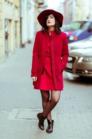 Cómo combinar: abrigo rojo, vestido skater rojo, botines de cuero en marrón oscuro, sombrero de lana rojo