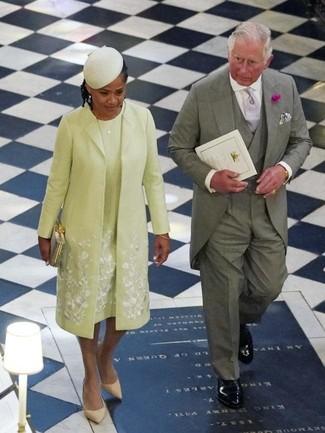 Cómo combinar: abrigo en amarillo verdoso, vestido tubo en amarillo verdoso, zapatos de tacón de ante marrón claro, cartera sobre dorada