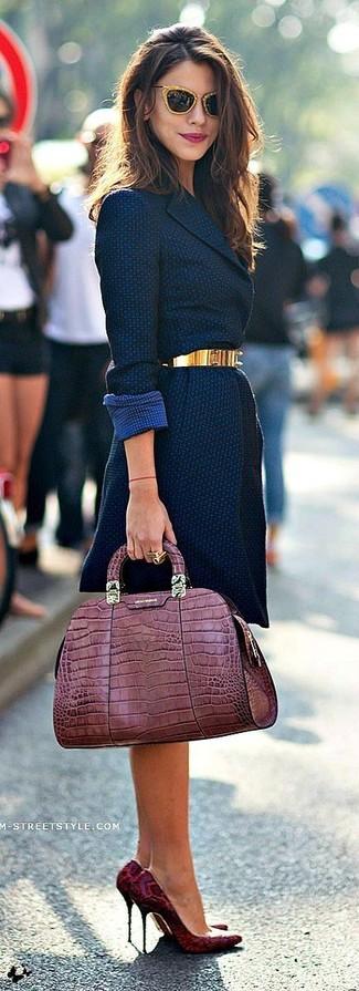 Usa un abrigo azul marino y unas gafas de sol naranjas para lucir elegante y distinguida. Zapatos de tacón de cuero de serpiente burdeos son una opción atractiva para completar este atuendo.