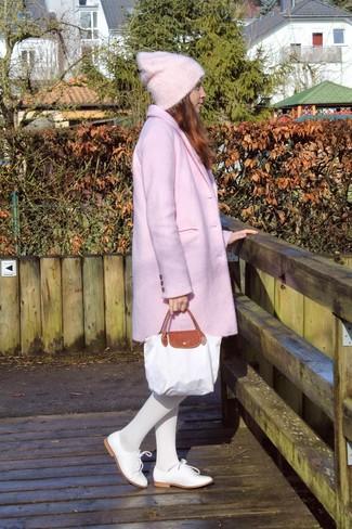 Elige un abrigo rosado y unas medias blancas para lograr un estilo informal elegante. Completa el look con zapatos oxford de cuero blancos.