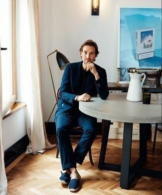 Outfits hombres en clima cálido: Elige un traje azul marino y una camiseta con cuello circular azul marino para después del trabajo. ¿Quieres elegir un zapato informal? Opta por un par de alpargatas de lona azul marino para el día.