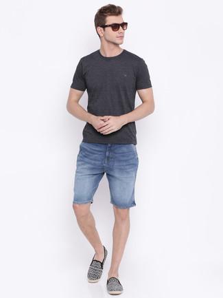 Cómo combinar: alpargatas de lona estampadas negras, pantalones cortos vaqueros azules, camiseta con cuello circular en gris oscuro