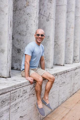 Cómo combinar: gafas de sol en gris oscuro, alpargatas de lona en azul marino y blanco, pantalones cortos en beige, camiseta con cuello circular celeste