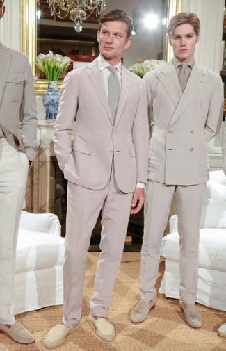 Cómo combinar: corbata en beige, alpargatas de lona en beige, camisa de vestir blanca, traje rosado