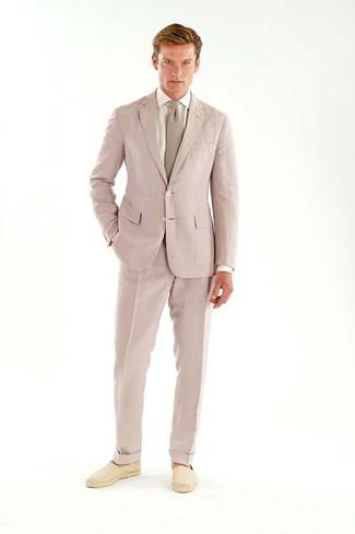 Cómo combinar: corbata rosada, alpargatas de lona en beige, camisa de vestir blanca, traje rosado