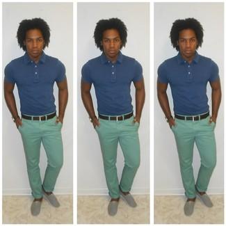 Combinar un pantalón chino en verde menta en clima caliente: Empareja una camisa polo azul junto a un pantalón chino en verde menta para una apariencia fácil de vestir para todos los días. Alpargatas grises son una opción práctica para complementar tu atuendo.