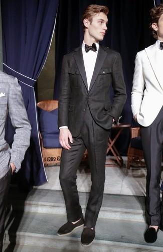 Combinar unas alpargatas de lona negras: Emparejar un traje negro junto a una camisa de vestir blanca es una opción muy buena para una apariencia clásica y refinada. Para darle un toque relax a tu outfit utiliza alpargatas de lona negras.