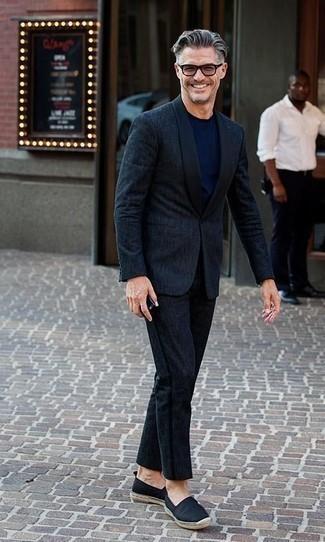 Combinar unas alpargatas de lona negras: Si buscas un estilo adecuado y a la moda, utiliza un traje azul marino y una camiseta con cuello circular azul marino. ¿Quieres elegir un zapato informal? Elige un par de alpargatas de lona negras para el día.