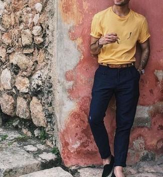 Combinar unas alpargatas de lona negras: Utiliza una camiseta con cuello circular amarilla y un pantalón chino azul marino para un look diario sin parecer demasiado arreglada. Alpargatas de lona negras son una opción inmejorable para complementar tu atuendo.