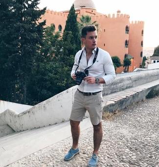 Combinar unos pantalones cortos grises: Para un atuendo que esté lleno de caracter y personalidad elige una camisa de manga larga blanca y unos pantalones cortos grises. Alpargatas de lona azules son una opción estupenda para complementar tu atuendo.