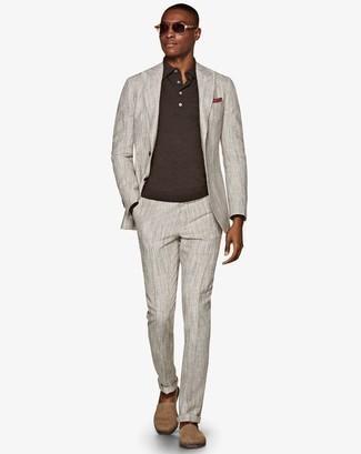 Combinar un pañuelo de bolsillo rojo en otoño 2020: Utiliza un traje gris y un pañuelo de bolsillo rojo para una apariencia fácil de vestir para todos los días. Alpargatas de ante en beige son una opción buena para complementar tu atuendo. Este look es perfecto para tus días de otoño y fácil de conseguir.