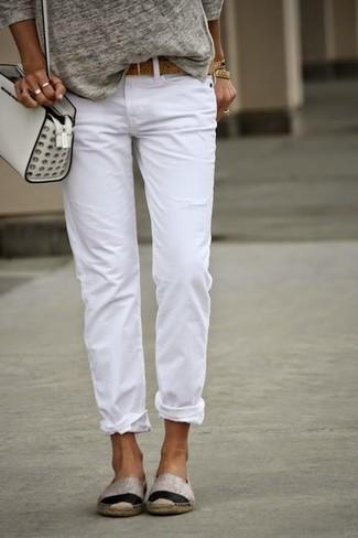 Cómo combinar: bolso bandolera de cuero blanco, alpargatas en beige, vaqueros boyfriend blancos, camiseta de manga larga gris