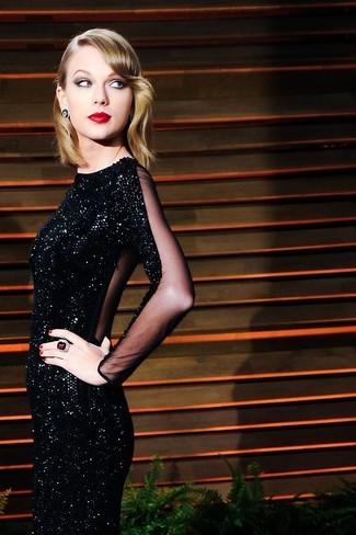 Look con vestido negro de lentejuelas