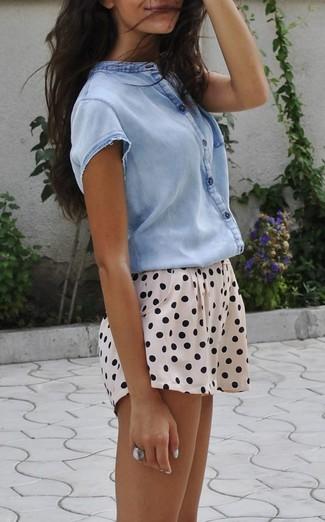Cómo combinar: anillo plateado, pantalones cortos a lunares en beige, camisa de manga corta celeste