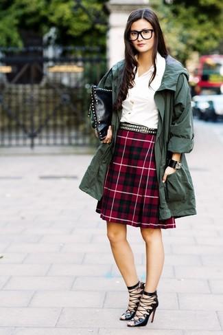 Este combinación de un anorak verde oscuro y una correa de cuero con tachuelas negra de mujeres de Givenchy te da una onda muy informal y accesible. Complementa tu atuendo con sandalias romanas de cuero negras.