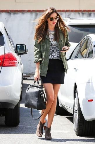 Un anorak verde oscuro y una minifalda son tu atuendo para salir los días de descanso. ¿Por qué no ponerse botines de cuero marrónes a la combinación para dar una sensación más clásica?