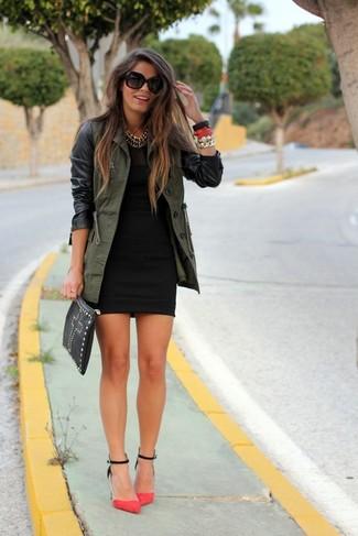 Cómo combinar: anorak verde oliva, vestido ajustado negro, zapatos de tacón de ante rosa, cartera sobre de cuero con tachuelas negra