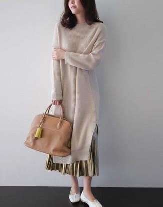 Cómo combinar: bolsa tote de cuero marrón claro, bailarinas de cuero blancas, falda larga plisada dorada, vestido jersey en beige