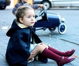 Cómo combinar: calcetines burdeos, bailarinas burdeos, vestido celeste, gabardina azul marino