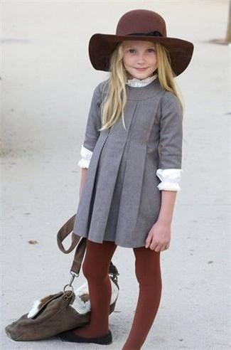 Cómo combinar: sombrero burdeos, bailarinas negras, camiseta de manga larga blanca, vestido gris