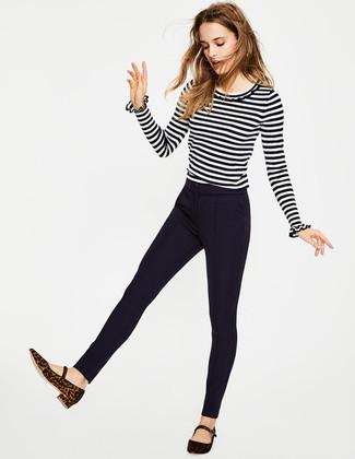Cómo combinar: bailarinas de ante de leopardo en marrón oscuro, pantalones pitillo azul marino, jersey con cuello circular de rayas horizontales en blanco y negro