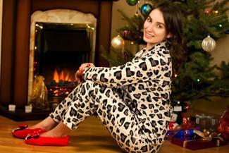 Cómo combinar: bailarinas de ante rojas, pantalones de pijama de leopardo en beige, chaqueta motera de leopardo en beige