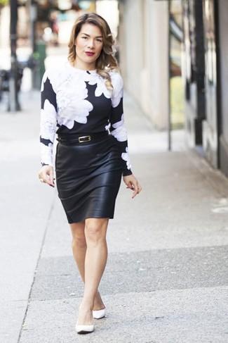 Cómo combinar: bailarinas de cuero blancas, falda lápiz de cuero negra, jersey con cuello circular con print de flores en negro y blanco
