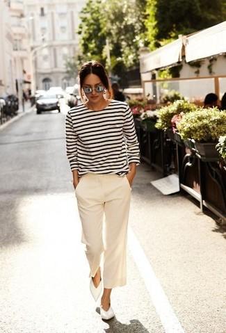 Cómo combinar: bailarinas de cuero blancas, falda pantalón en beige, camiseta de manga larga de rayas horizontales en blanco y azul marino