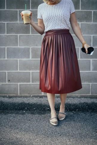 Cómo combinar: bailarinas de cuero plateadas, falda campana de cuero burdeos, camiseta con cuello circular a lunares blanca