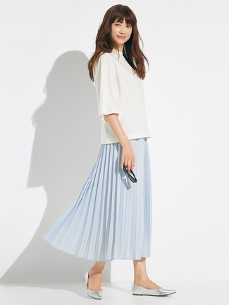 Cómo combinar: bailarinas de cuero plateadas, falda midi plisada celeste, blusa de manga corta blanca