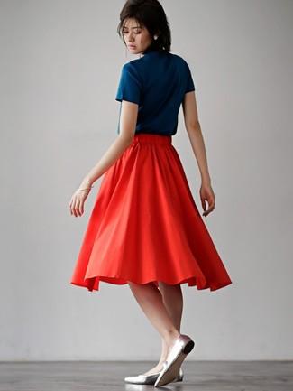 Cómo combinar: bailarinas de cuero plateadas, falda midi plisada roja, camiseta con cuello circular azul marino