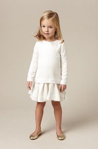Cómo combinar: bailarinas doradas, falda blanca, jersey blanco