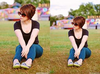 Cómo combinar: gafas de sol marrónes, bailarinas de cuero en amarillo verdoso, vaqueros pitillo azules, camiseta con cuello circular negra