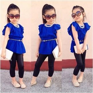 Cómo combinar: bailarinas en beige, leggings negros, camiseta azul